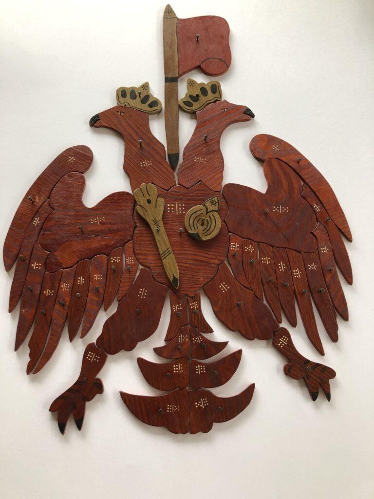Historisches Adlerspiel aus Holz gesägt