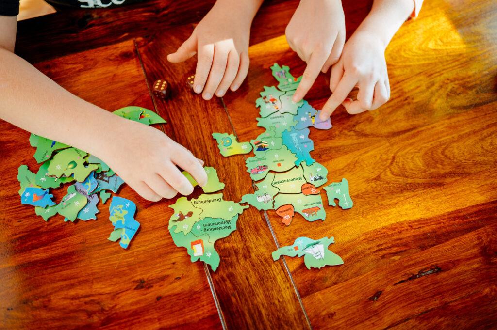 Puzzlespiel auf Holztisch