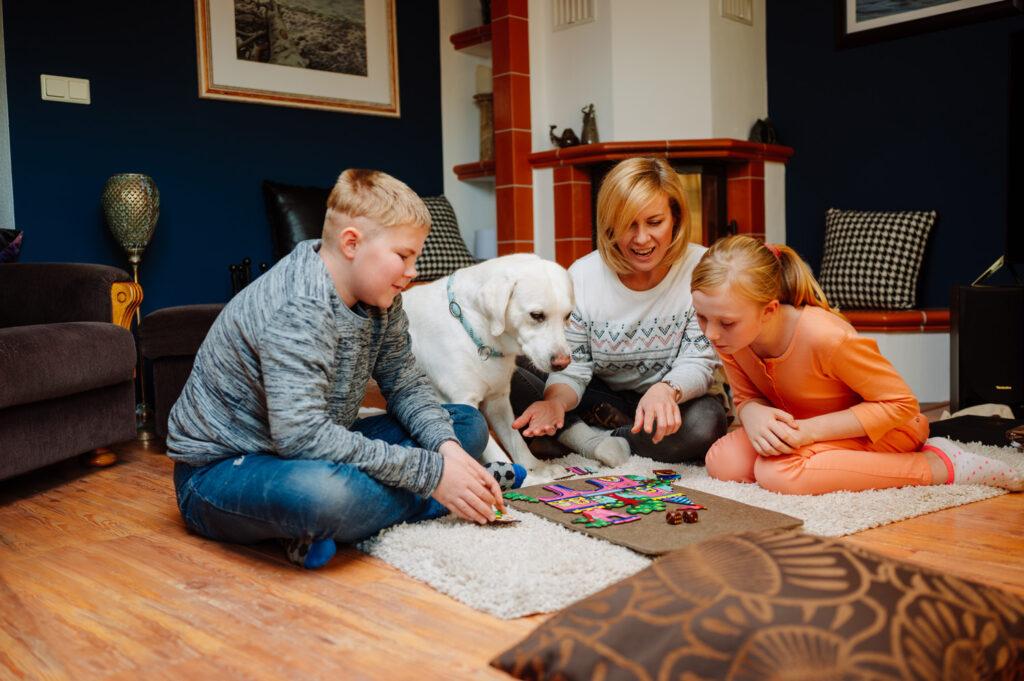 Fragmentis Puzzle mit Würfeln – Familie  mit Hund spielt und lernt